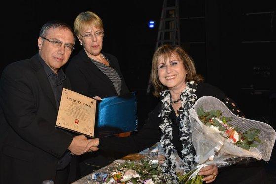 הגברת יונה זילברמן, רכזת גבעתיים מקבלת תעודה מידי ראובן בן שחר ראש העיר