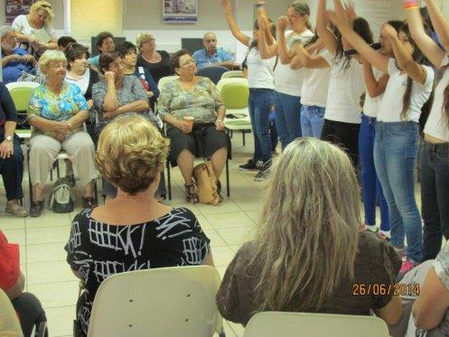 """תלמידי ביה""""ס דוד אלעזר שרים מול המתנדבים"""