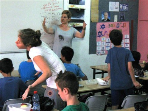 """פעילות דרמה בבית הספר """"העמר"""" חוף הכרמל ע""""י המתנדבת חנה לוי וייצמן"""